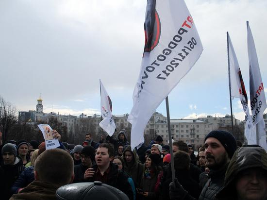 Кто вывел «малолеток» под националистическими флагами на митинги в Екатеринбурге?