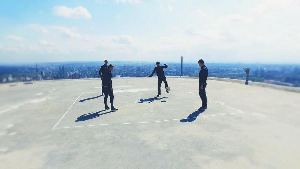 Игроки «Урала» сыграли в«квадрат» накрыше небоскреба
