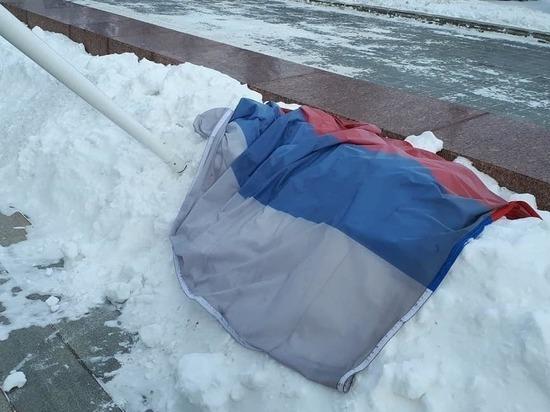 У здания свердловского правительства сломался флагшток с российским флагом